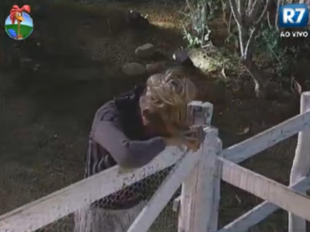 Depois de se despedir de Robertha e Viviane, Léo Áquilla chora apoiada na cerca (23/8/12)