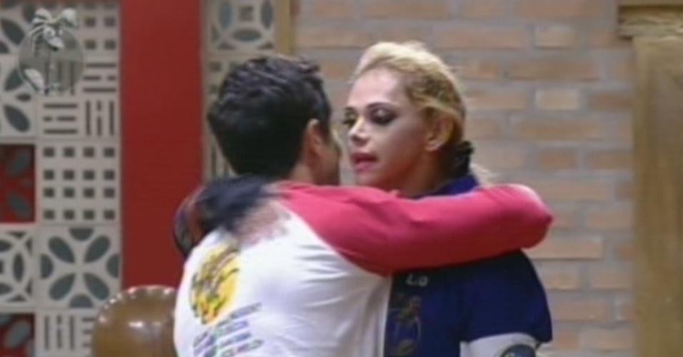 Felipe Folgosi (de costas) parabeniza Léo Áquilla por ser a primeira finalista de