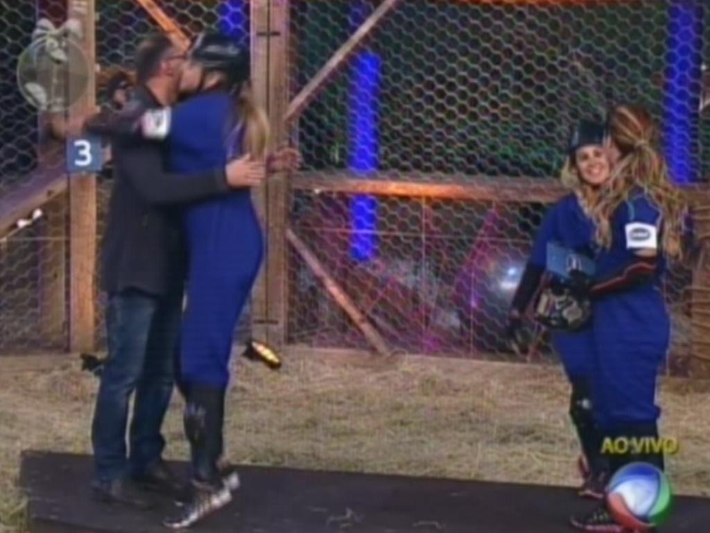 Léo Áquilla abraça Britto Jr. depois de conquistar a primeira vaga na final de