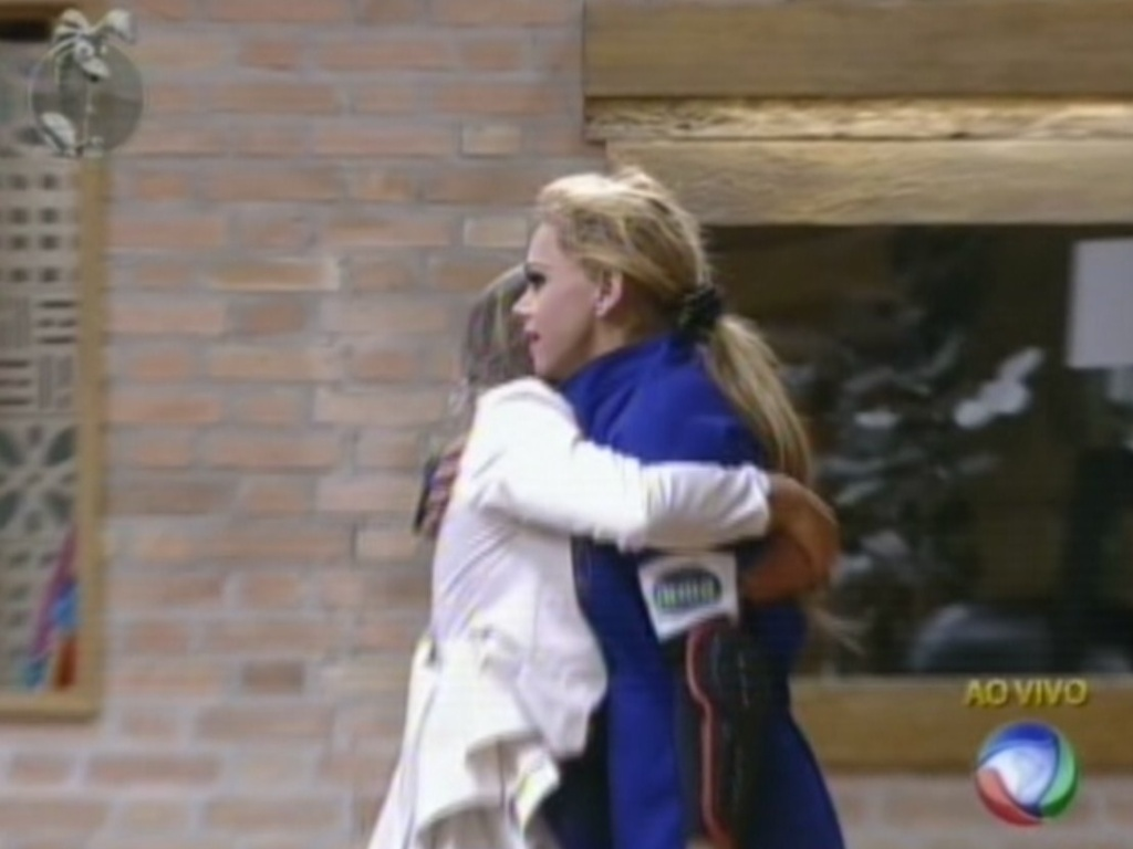 Léo Áquilla recebe o abraço de Nicole Bahls após conquistar a primeira vaga na final de