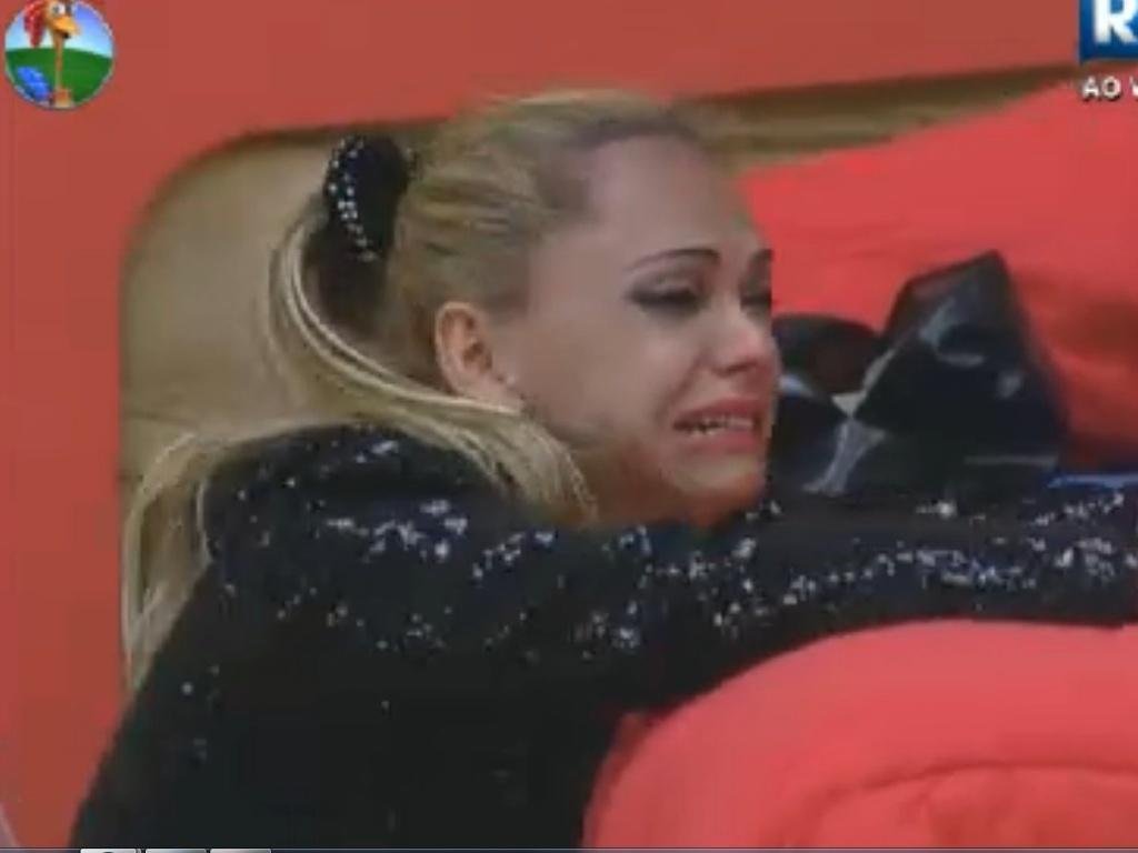 Léo Áquilla senta no chão para derramar lágrimas (22/8/12)