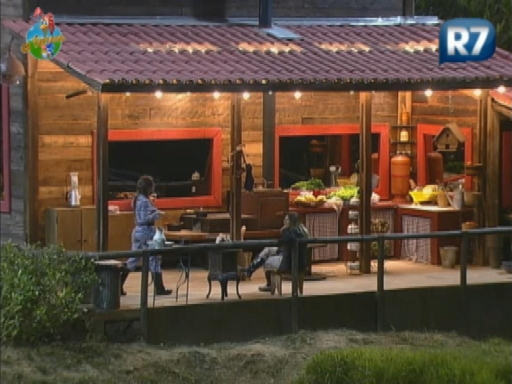 Nicole Bahls e Robertha Portella conversam sobre superstições da família de Eike Batista (22/8/12)