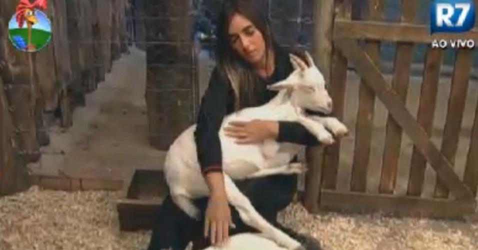 Nicole Bahls prefere ficar na companhia das cabras Maria Elisa e Pietra (23/8/12)
