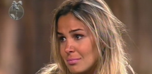 Robertha se emociona, depois de ouvir o discurso de Britto, ao saber que foi eliminada do programa