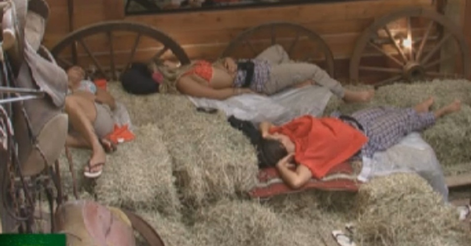 Viviane Araújo, Robertha Portella e Nicole Bahls dormem no celeiro (23/8/12)