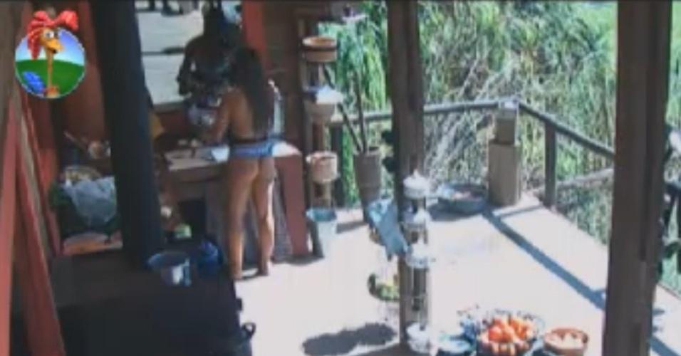 De biquini, Nicole Bahls lava a louça no celeiro (24/8/12)