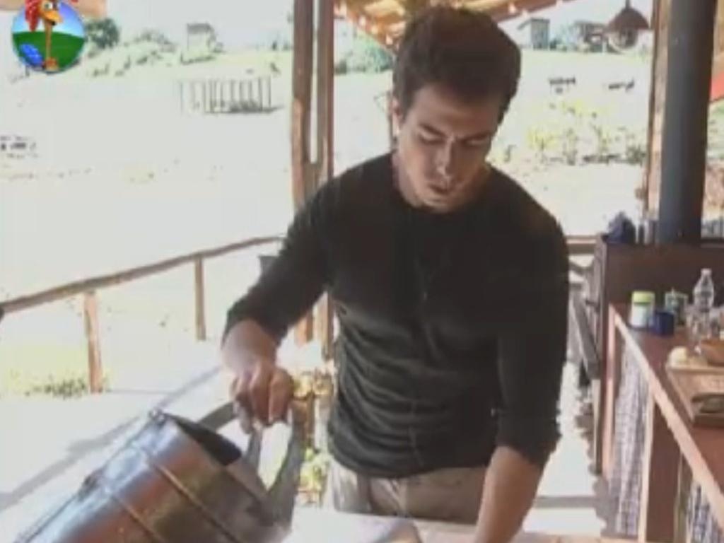 Felipe Folgosi se prepara para o almoço no celeiro (24/8/12)