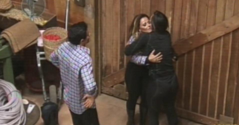 Nicole Bahls e Viviane Araújo se abraçam após volta da roça (23/8/12)
