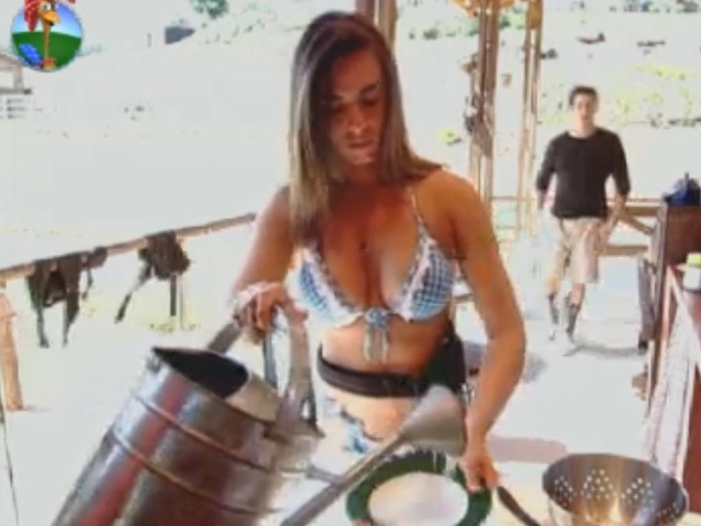 Nicole Bahls lava a louça no celeiro na manhã desta sexta-feira (24)