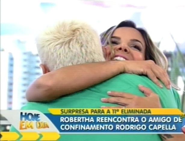 """Robertha Portella abraça Rodrigo Capella no programa """"Hoje em Dia"""" (24/8/12)"""