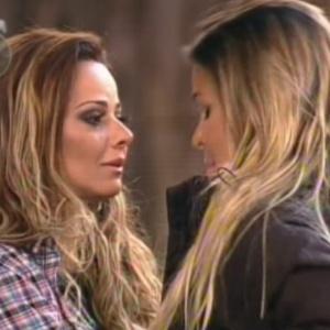 Viviane abraça Robertha após a eliminação da bailarina com mais de 80% dos votos (23/8/12)