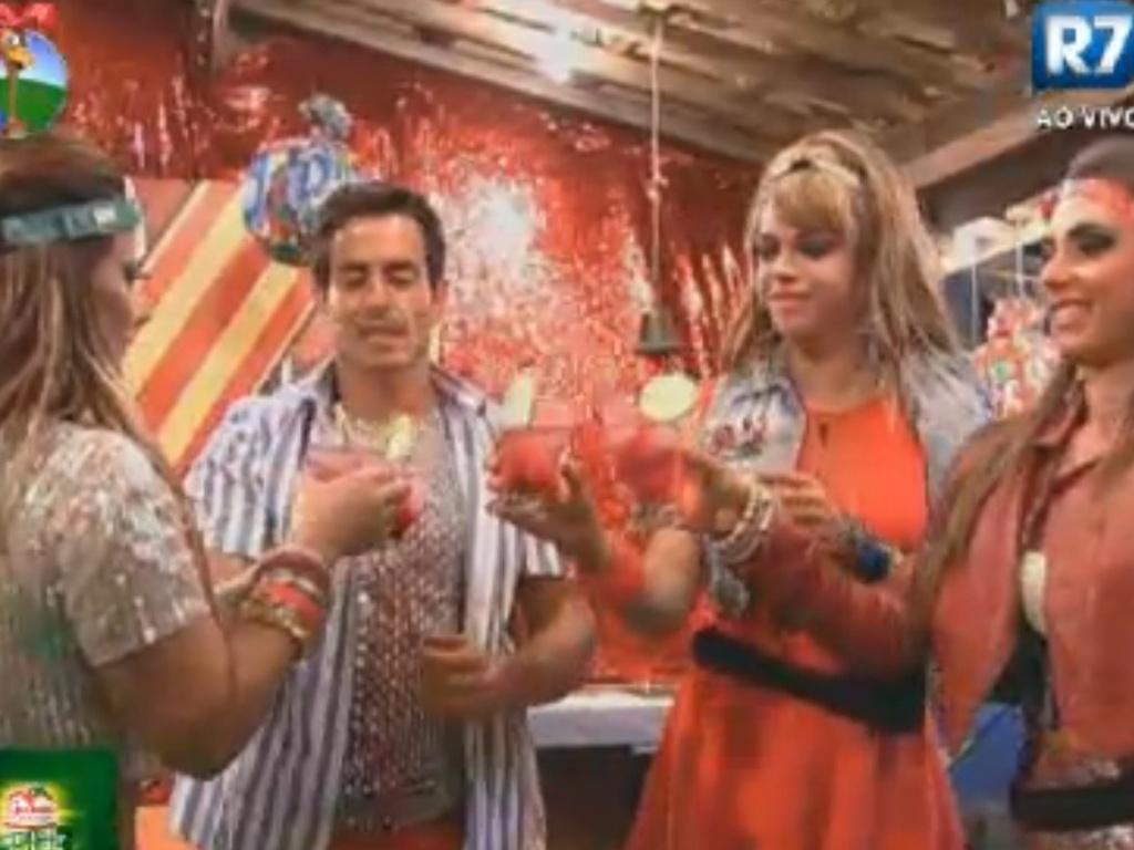 Viviane Araújo, Felipe Folgosi, Nicole Bahls e Léo Áquilla fazem um brinde à Robertha Portella (24/8/12)
