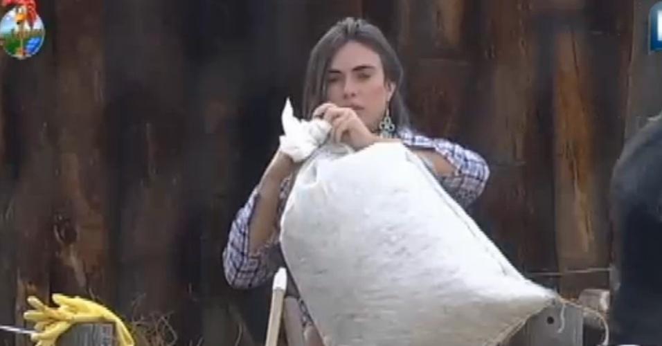 """Nicole Bahls chama Viviane Araújo de """"porca"""" durante tarefa com as ovelhas (25/8/12)"""