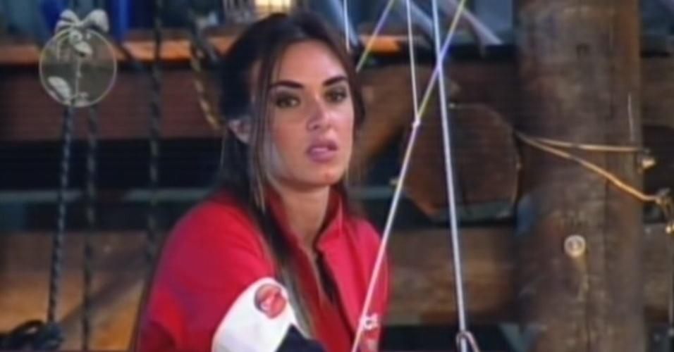 Nicole Bahls puxa corda durante prova (25/8/12)