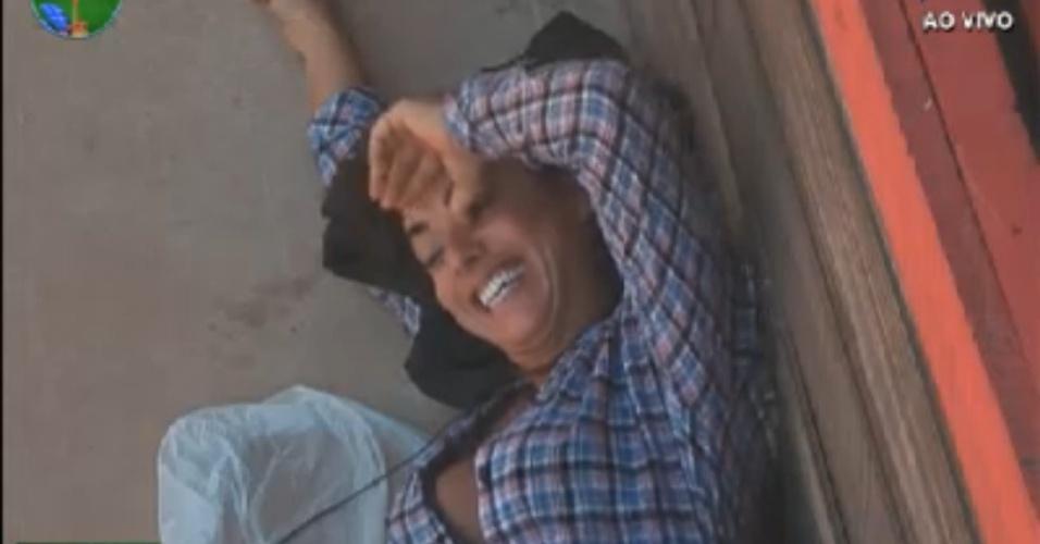 Nicole Bahls ri durante conversa com Felipe Folgosi no celeiro (25/8/12)