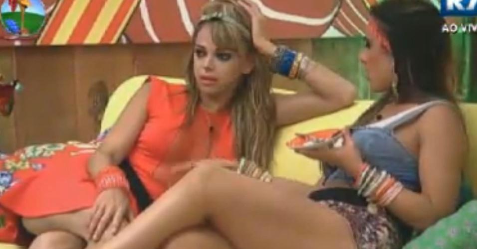 Nicole Bahls tenta animar Léo Áquilla sobre estar na final do reality apesar do isolamento na sede da fazenda (24/8/12)