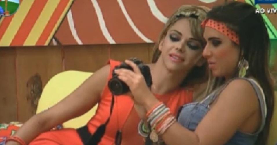 Nicole confere fotos que tirou junto com Léo Áquilla (24/8/12)