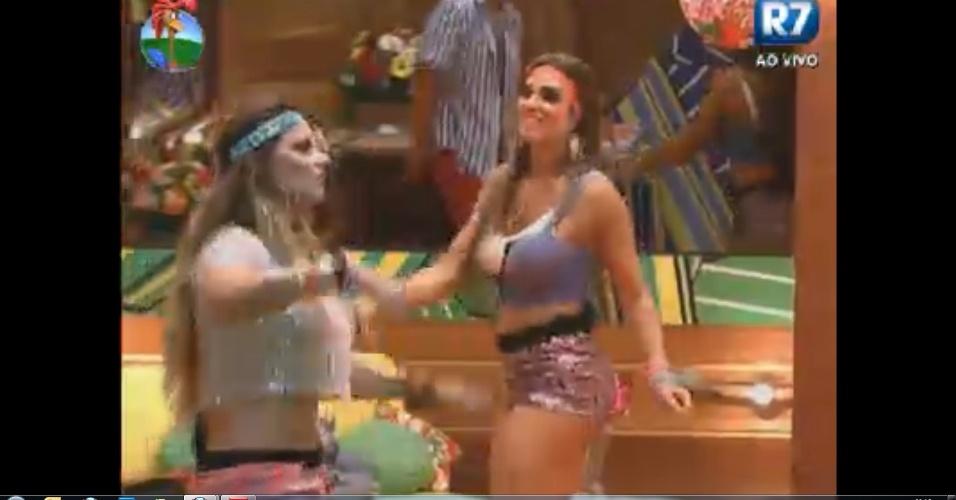 Viviane Araújo e Nicole Bahls curtem festa mesmo com a possibilidade de se enfrentarem antes da finalíssima do program (24/8/12)