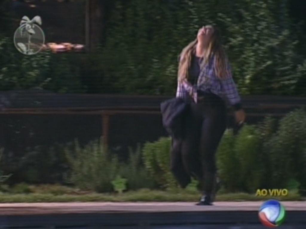 Depois de vencer Nicole Bahl na roça, Viviane Araújo volta para a sede eufórica (26/8/12)