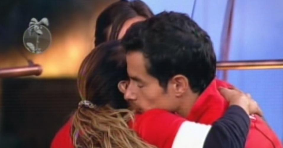 Felipe Folgosi abraça Viviane Araújo depois de vencer roça (25/8/12)