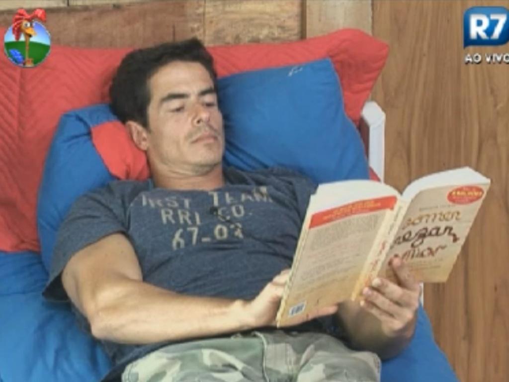 Felipe Folgosi se concentra na leitura de um livro (26/8/12)