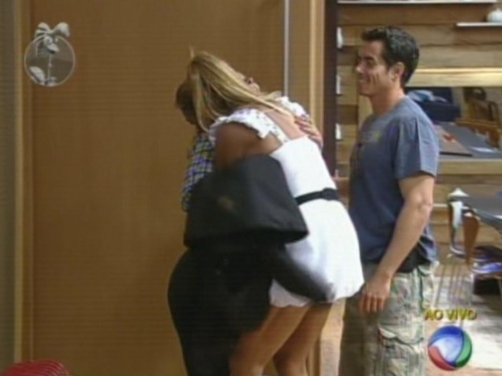 Finalistas Léo Áquilla e Felipe Folgosi recebem Viviane Araújo na sede após eliminação de Nicole Bahls (26/8/12)