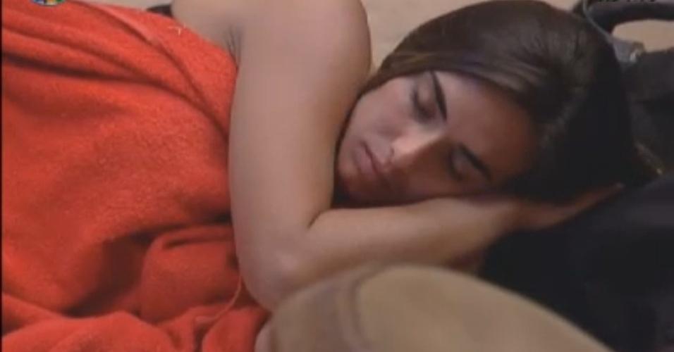 Na berlinda ao lado de Viviane Araújo, Nicole Bahls dorme na manhã deste domingo (26/8/12)