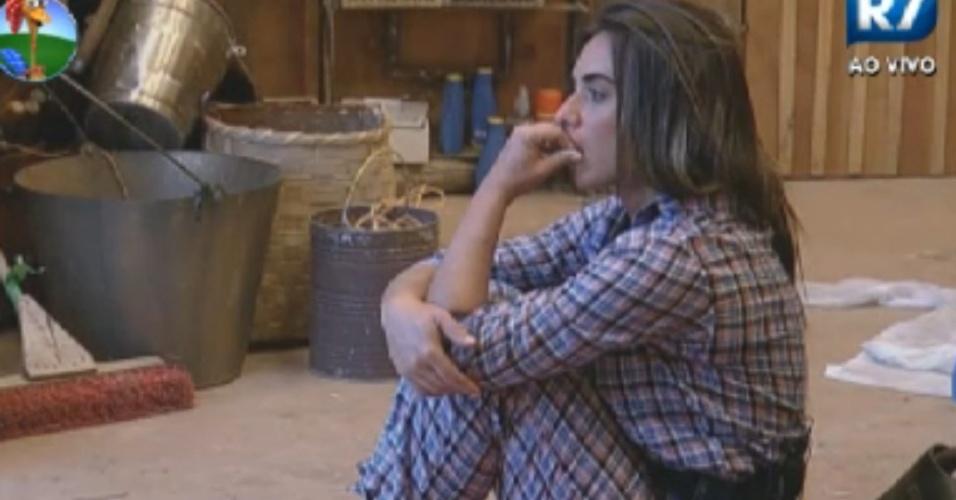 Nicole Bahls fica pensativa e roi as unhas no celeiro (26/8/12)