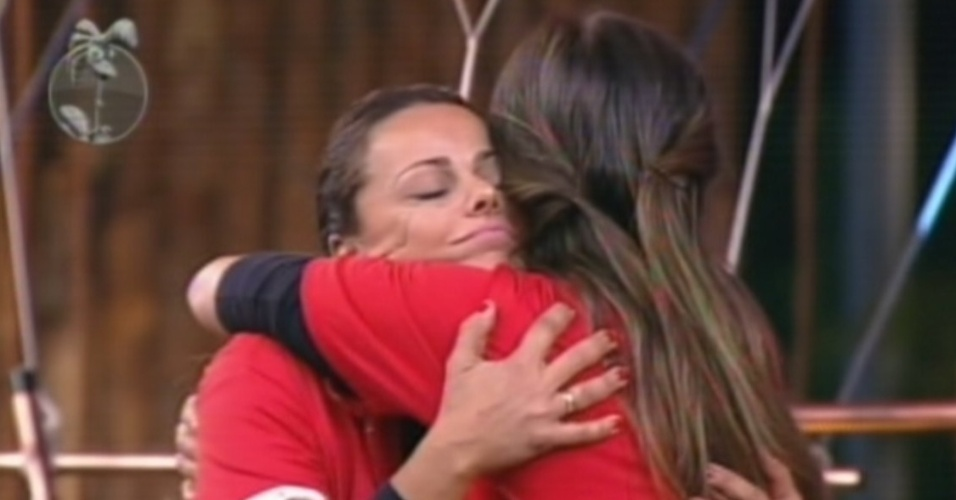 Viviane Araújo e Nicole Bahls se abraçam depois de descobrir que se enfrentarão na roça (25/8/12)