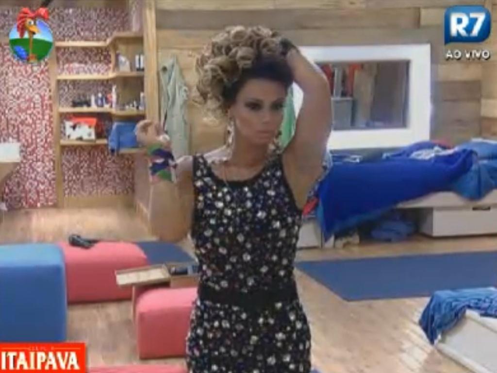 Com vestido de pedras, Viviane Araújo se olha no espelho antes da festa com todos eliminados (27/8/12)