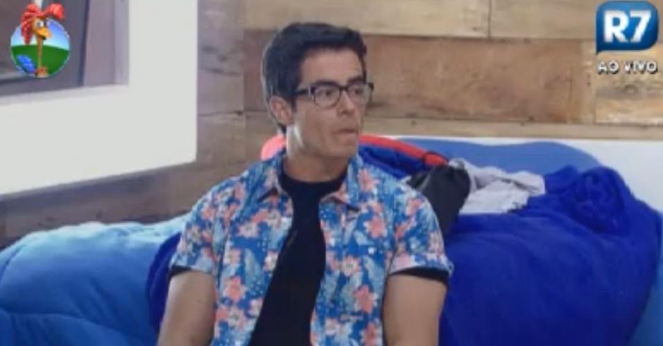 Com visual nerd, Felipe Folgosi espera início da festa com todos os eliminados (27/8/12)