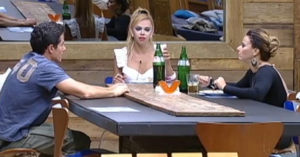 Felipe Folgosi, Léo Áquilla e Viviane Araújo comentam os hábitos alimentares de Robertha Portella (26/8/12)
