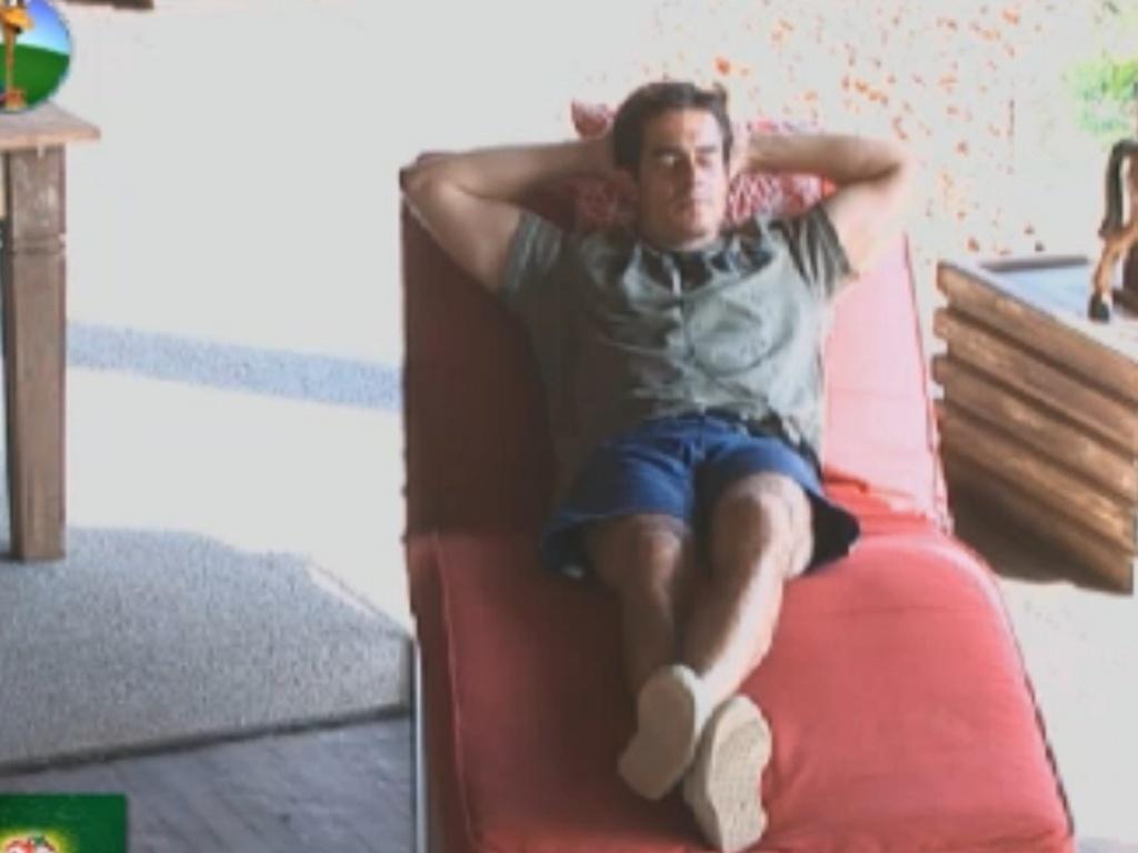 Felipe Folgosi relembra músicas dos anos 80 enquanto relaxa na varanda (27/8/12)
