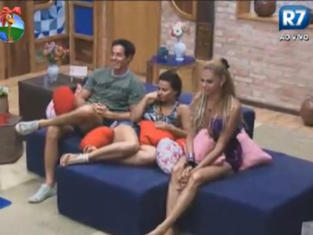 Felipe Folgosi, Viviane Araújo e Léo Áquilla assistem depoimentos de familiares (27/8/12)