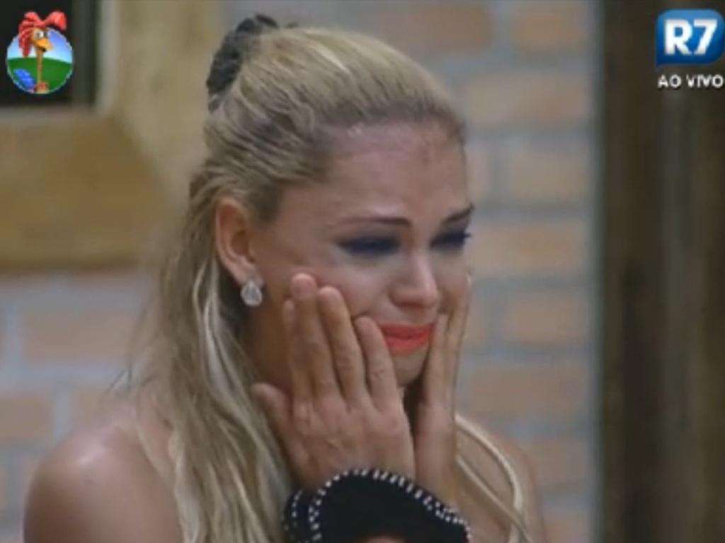 Léo Áquilla chora ao ver mensagem gravada por sua mãe (27/8/12)