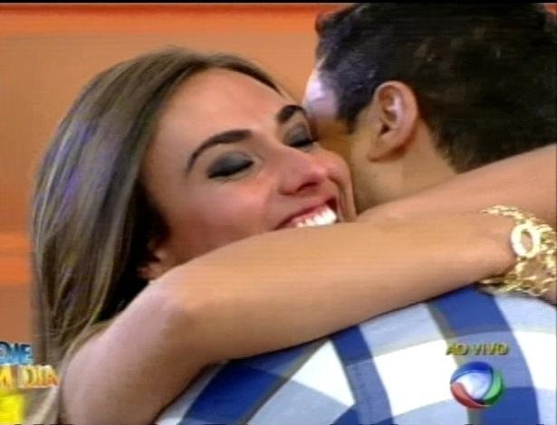 "Nicole Bahls abraça Gustavo Salyer no programa ""Hoje em Dia"" (27/8/12)"