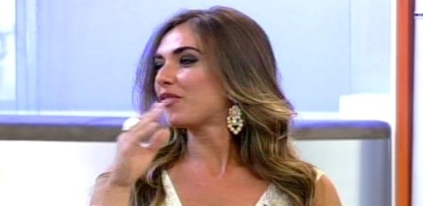 Nicole Bahls responde perguntas dos apresentadores no programa