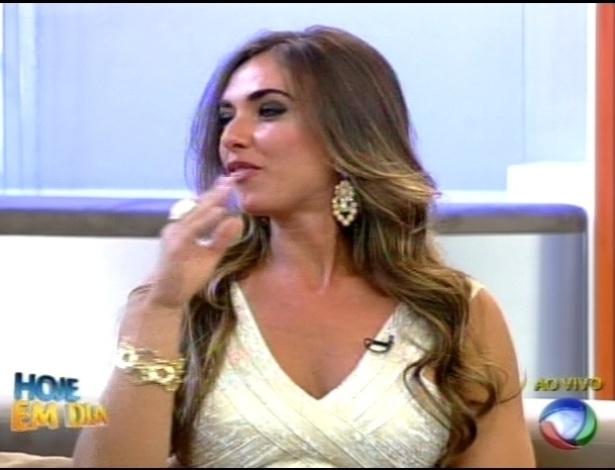 """Nicole Bahls responde perguntas dos apresentadores no programa """"Hoje em Dia"""" (27/8/12)"""