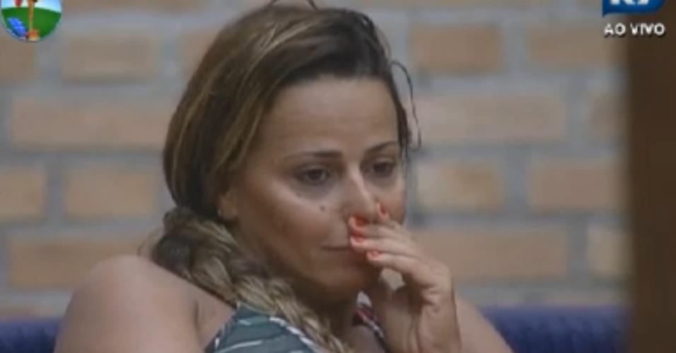 Viviane Araújo assiste depoimento de incentivo gravado por sua mãe (27/8/12)