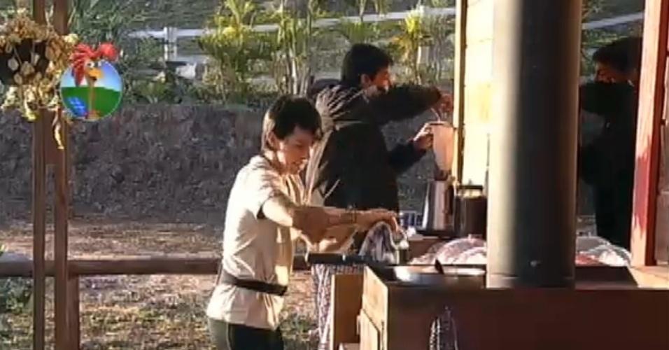 Diego Pombo se atrapalha na cozinha e leva bronca de Penélope Nova (24/7/12)