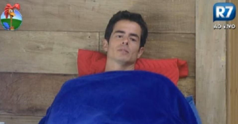 Felipe Folgosi acorda de cochilo e fica pensativo no quarto de