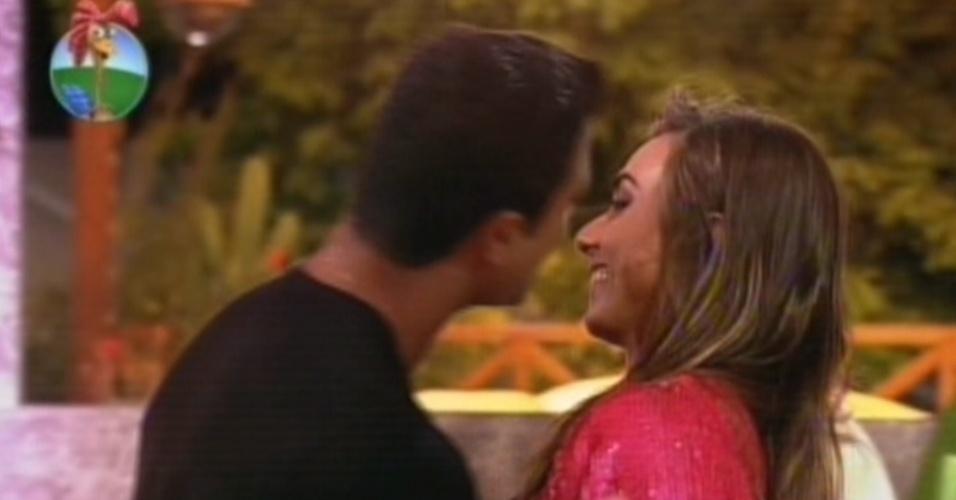 Gustavo Salyer tenta beijar Nicole Bahls na última festa de