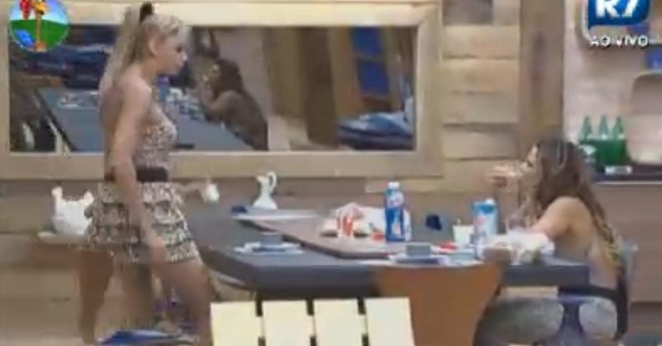 Léo Áquilla e Viviane Araújo conversam enquanto tomam café e comentam que Robertha Portella estava