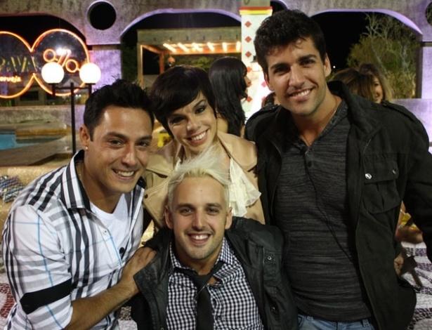 """Penélope Nova é cercada por Vavá, Diego Pombo e Rodrigo Capella na última festa de """"A Fazenda 5"""" (27/8/12)"""