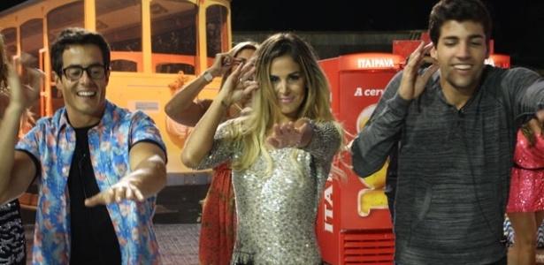 Robertha Portella (centro) dança com Felipe Folgosi (esq.) e Diego Pombo (dir.) na última festa de