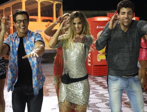 """Robertha Portella (centro) dança com Felipe Folgosi (esq.) e Diego Pombo (dir.) na última festa de """"A Fazenda 5"""" (27/8/12)"""