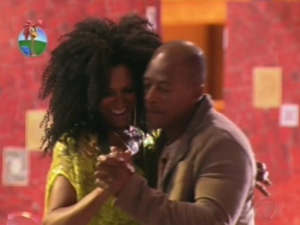 Simone Sampaio dança com Lui Mendes na festa que reuniu todo o elenco de