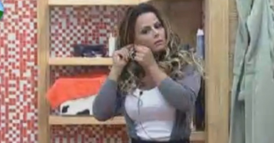 Viviane Arapujo se arruma para filmar depoimento sobre reality (28/8/12)