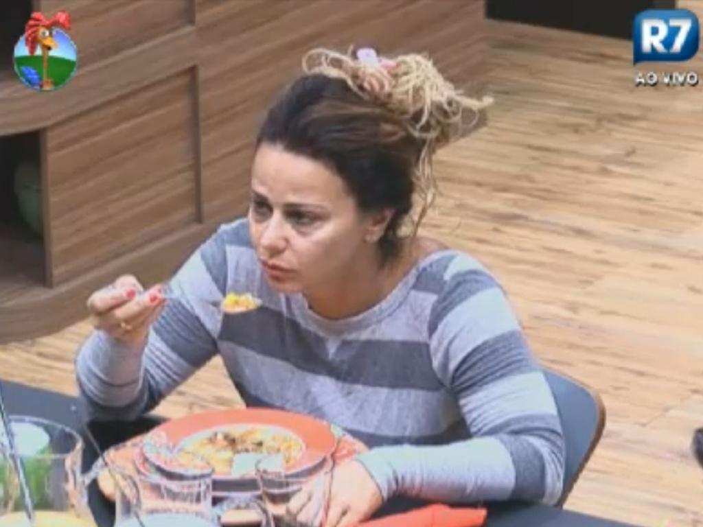 Viviane Araújo toma sopa de legumes no penúltimo dia de