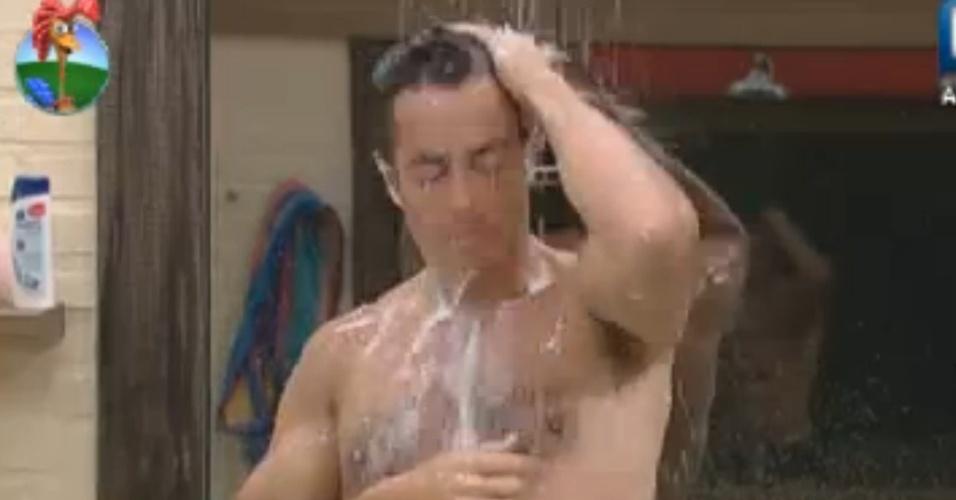 Felipe Folgosi toma banho antes da final do programa (29/8/12)